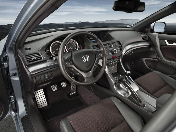 <strong>In regards of safety and comfort</strong>, the 2013 Honda Accord will add new technologies, these included the mechanism of lane assistance, collision warning and blind spot screen. They will also add the system to read text aloud through the multifunction display and Bluetooth, as the most relevant.