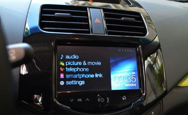 <strong>Photo: 2013 Chevrolet Spark (7-inch touch screen control).</strong> Chevrolet engineers also paid attention to the connectivity, which is one of the qualities that must have the current urban vehicles and in the case of the Spark, it allows the driver to be always in touch with the world thanks to the seven-inch touch screen that integrates the Chevrolet MyLink infotainment system which provides access to Pandora, Bluetooth and Navigation, as well as the integration for Smartphones and USB port.