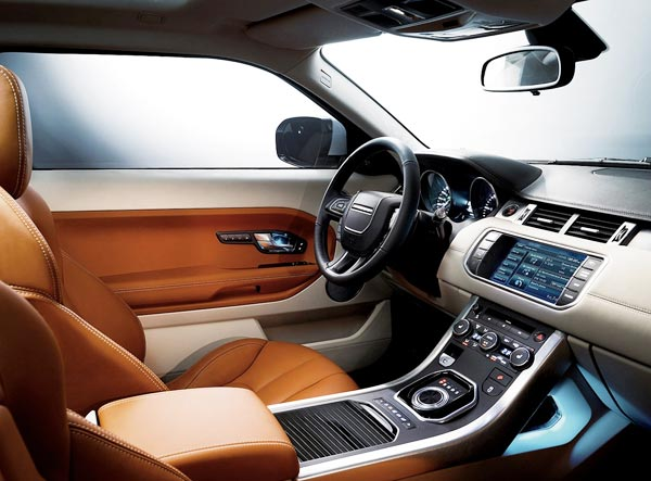 <strong>Ranger Rover Evoque 2012 - Interior.</strong> The cabin is spacious enough for up to five passengers, although being honest, it is more comfortable for four and in its interior design features a panoramic sunroof that goes over the two rows of seats to increase the sense of space. At night, the cabin is illuminated with LED lights in another touch of modernity and style.