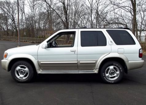 Photo #1: luxury suv: 2000 Infiniti QX4 (White)