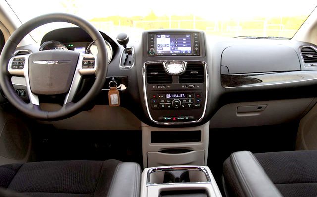 /pics/chrysler-town-country-2012-interior-dashboard.jpg